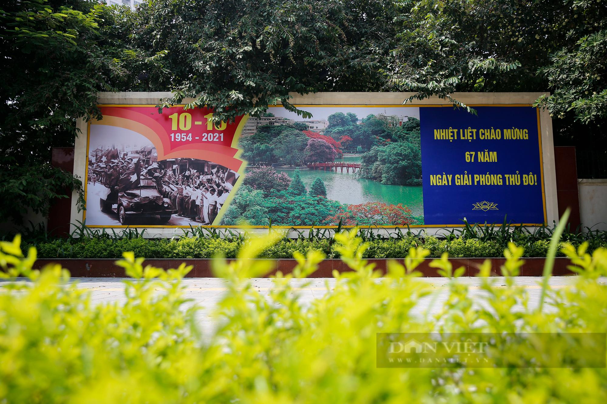 Đường phố Hà Nội rực rỡ chào mừng Ngày Giải phóng Thủ đô  - Ảnh 12.