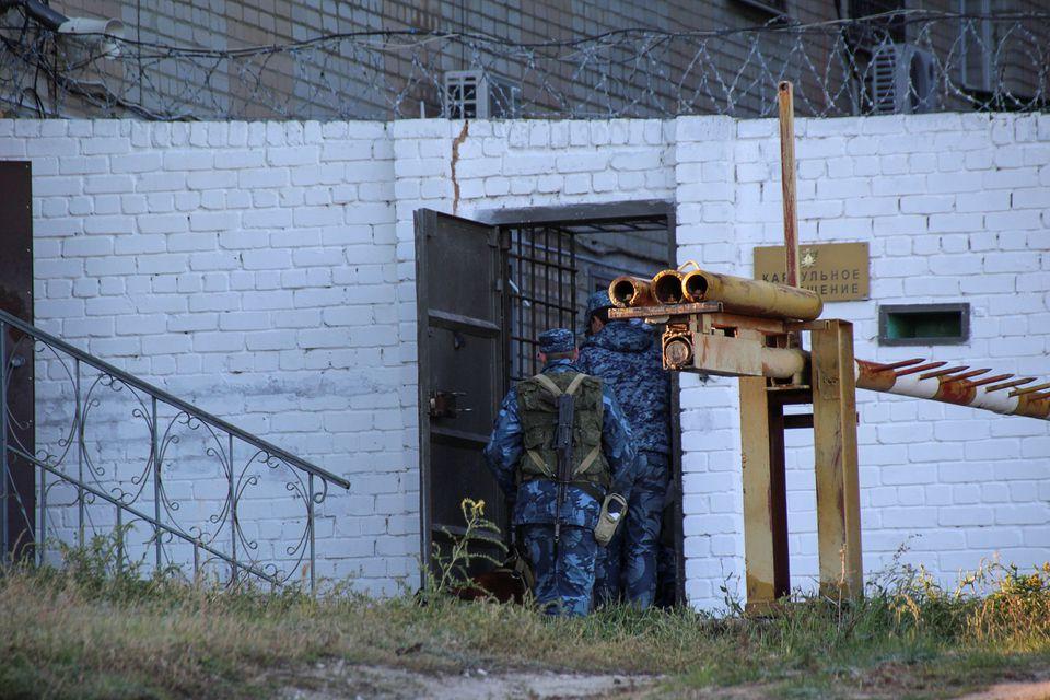 """Bê bối tra tấn, tấn công tình dục trong nhà tù Nga khiến hàng loạt quan chức """"ngã ngựa"""""""