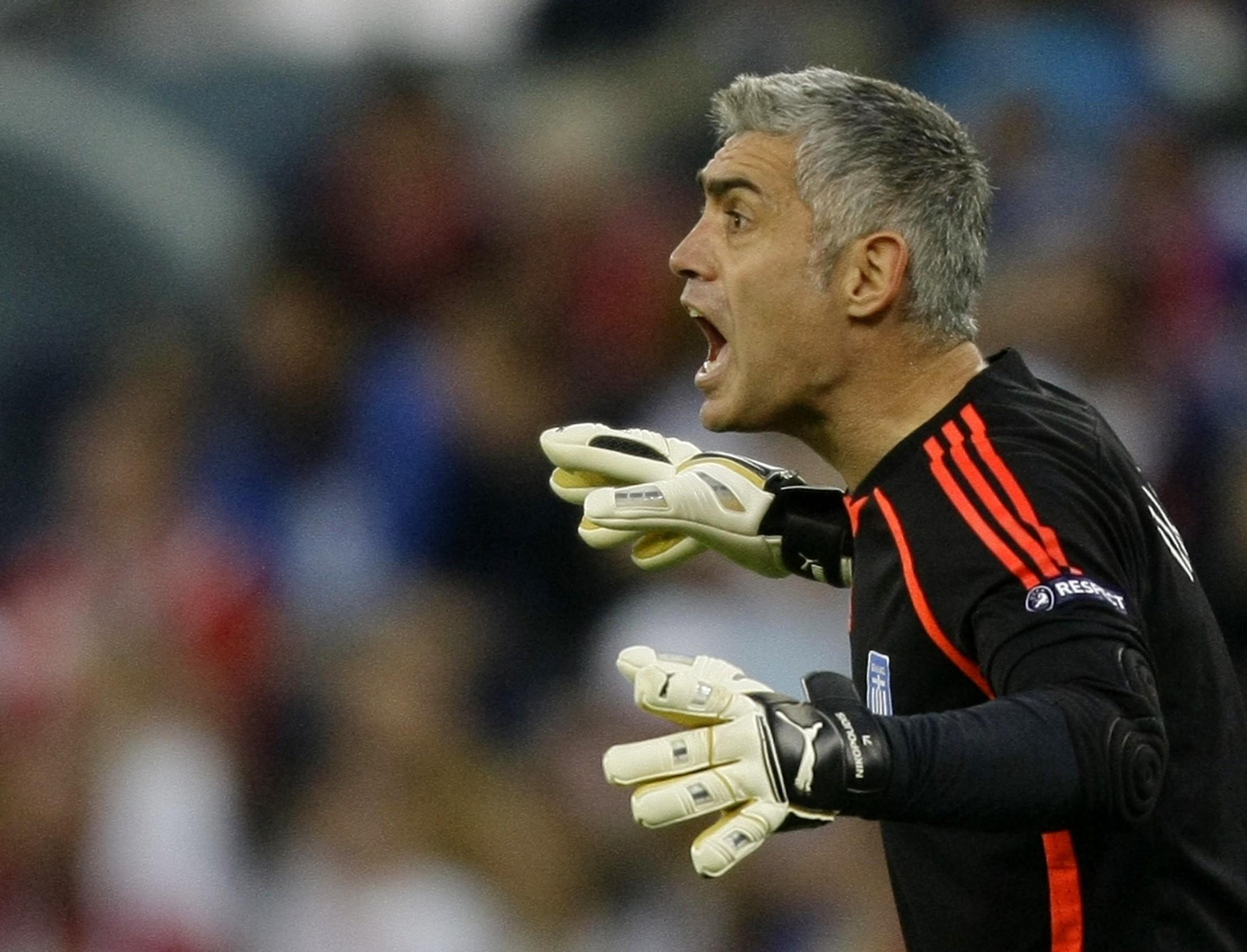 5 thủ môn xuất sắc nhất lịch sử EURO: Có huyền thoại của M.U - Ảnh 4.