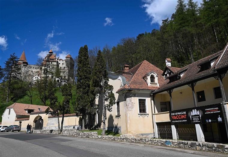 Lâu đài Dracula thu hút du khách bởi dịch vụ tiêm vắc xin COVID-19 - Ảnh 1.