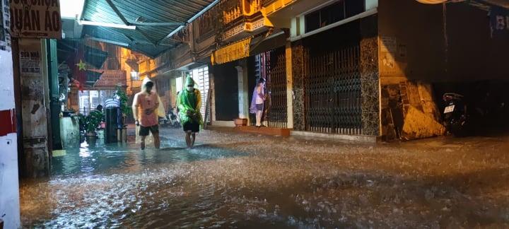 Mưa lớn, nhiều tuyến đường Hà Nội chìm trong nước, giao thông hỗn loạn - Ảnh 2.