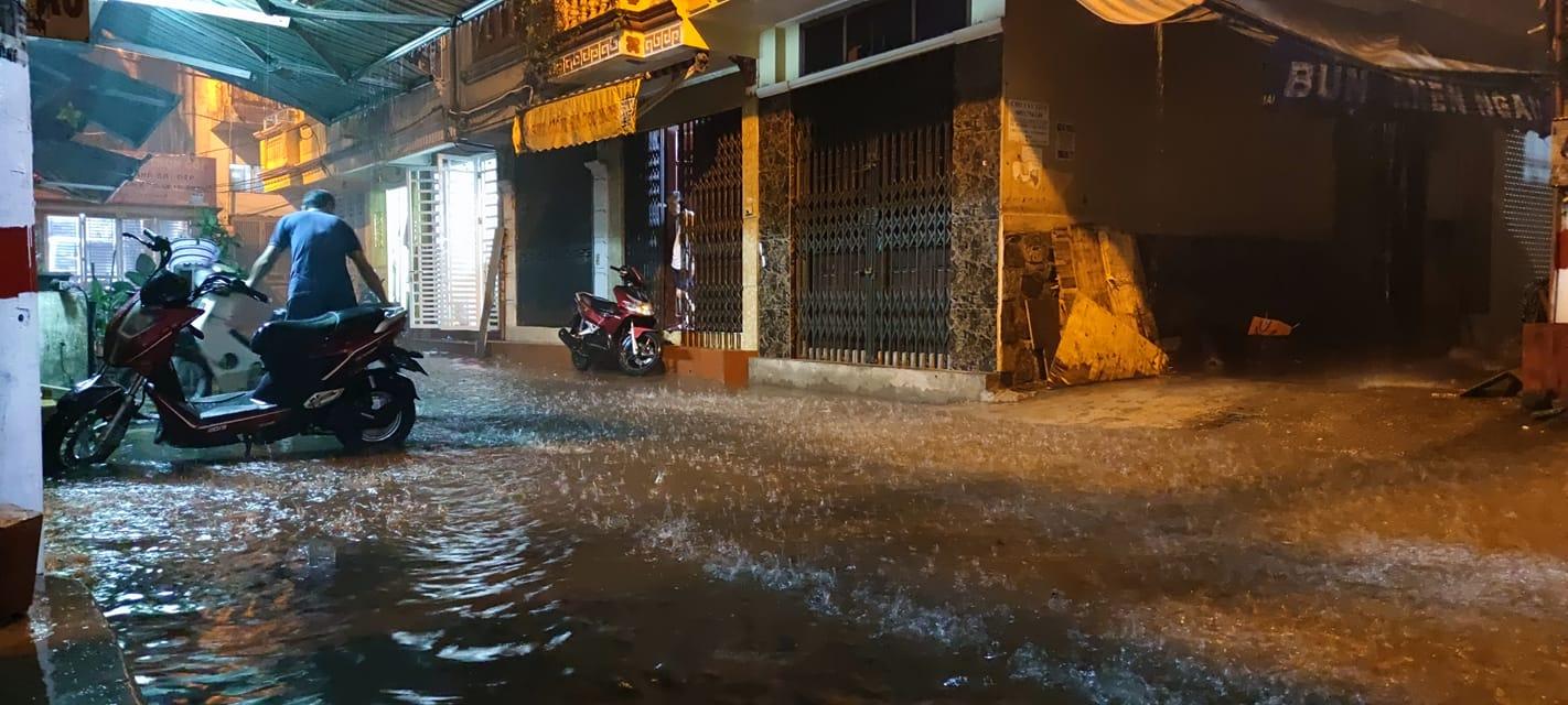 Mưa lớn, nhiều tuyến đường Hà Nội chìm trong nước, giao thông hỗn loạn - Ảnh 3.
