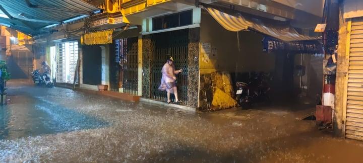 Mưa lớn, nhiều tuyến đường Hà Nội chìm trong nước, giao thông hỗn loạn - Ảnh 5.