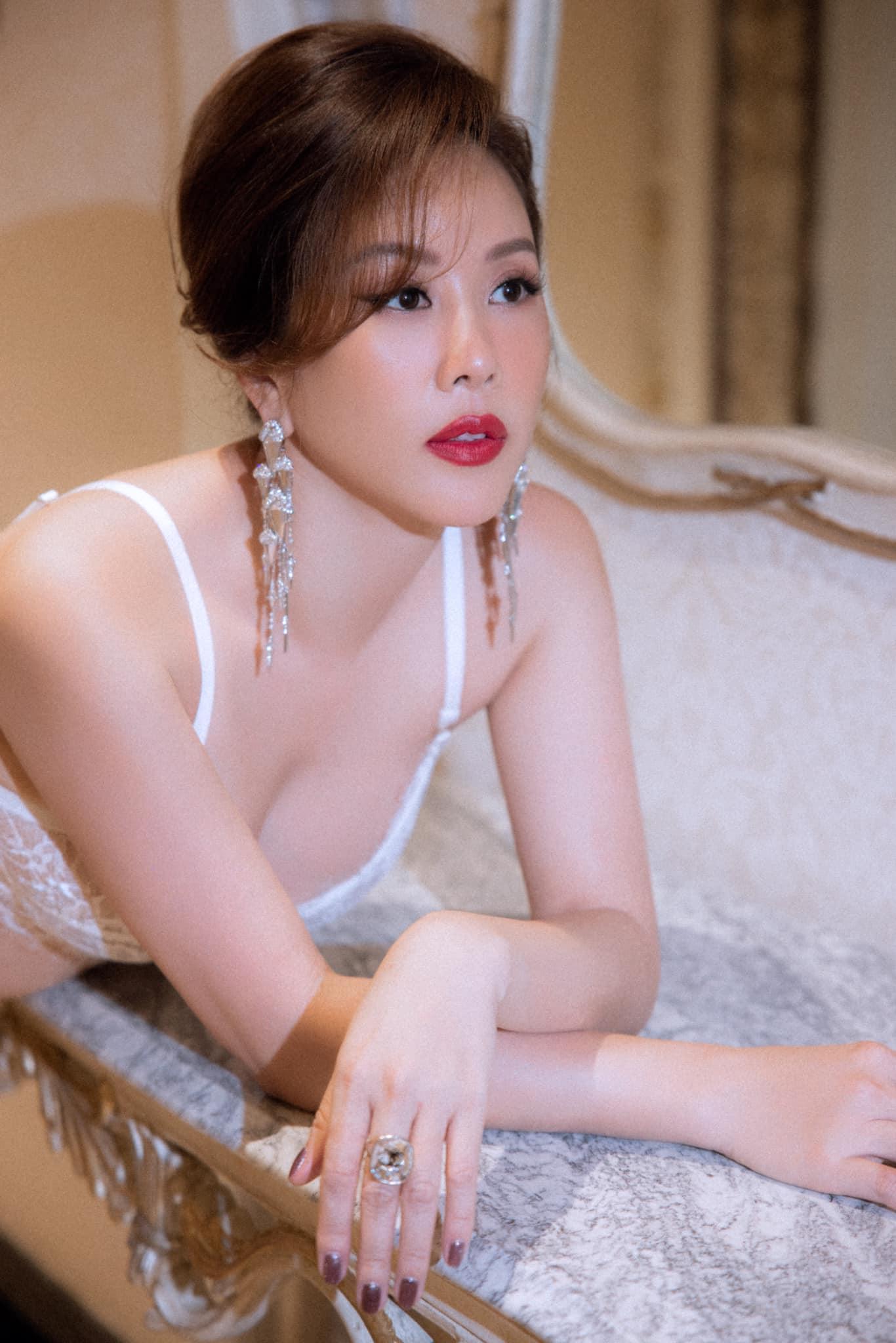 """Góc khuất cuộc sống của Hoa hậu Thu Hoài ở tuổi 45: Quyến rũ """"vạn người mê"""", hạnh phúc bên tình trẻ kém 10 tuổi - Ảnh 12."""