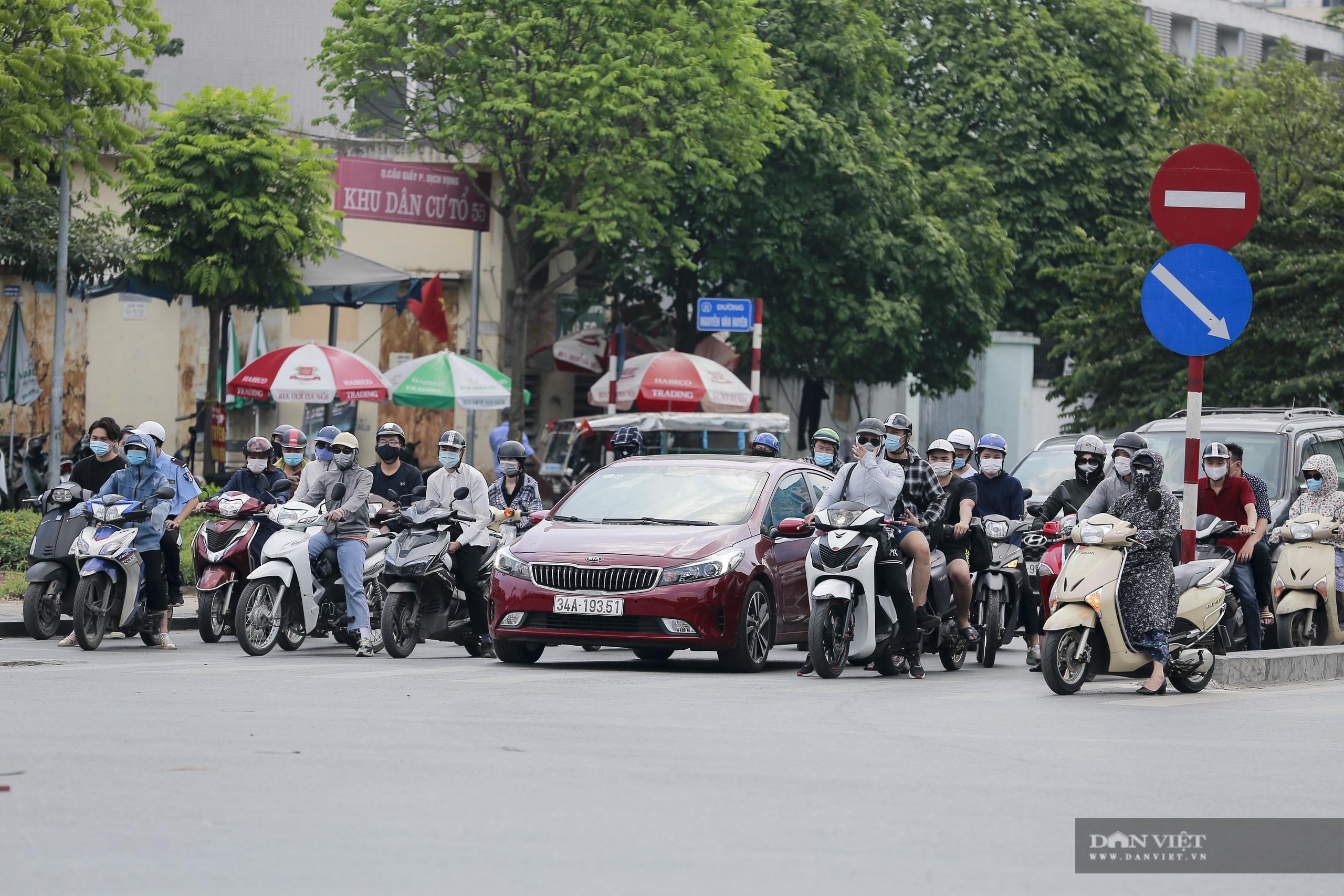 Hà Nội nắng nóng gần 40 độ C, phụ nữ lái ô tô với trang phục kín mít - Ảnh 1.