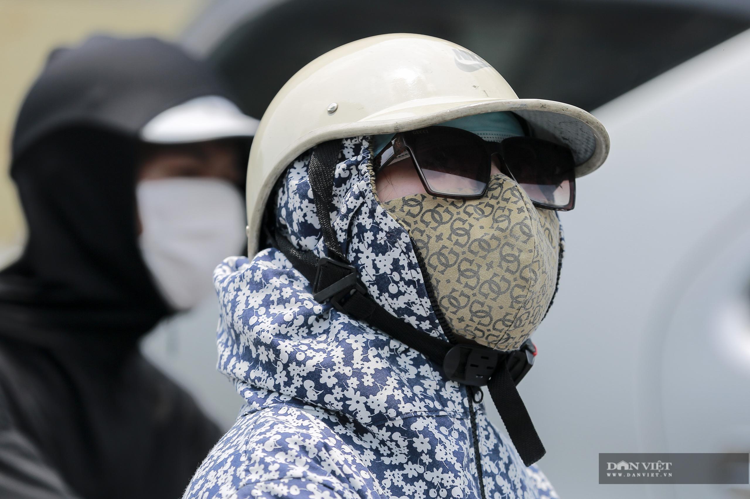 Hà Nội nắng nóng gần 40 độ C, phụ nữ lái ô tô với trang phục kín mít - Ảnh 3.
