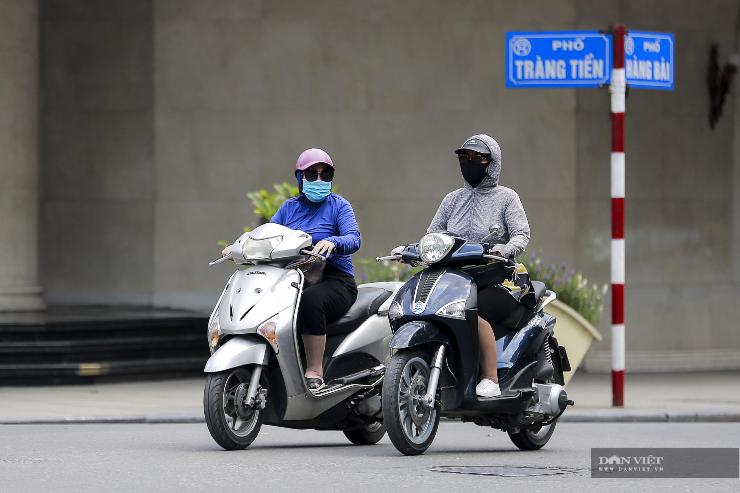 Hà Nội nắng nóng gần 40 độ C, phụ nữ lái ô tô với trang phục kín mít - Ảnh 5.