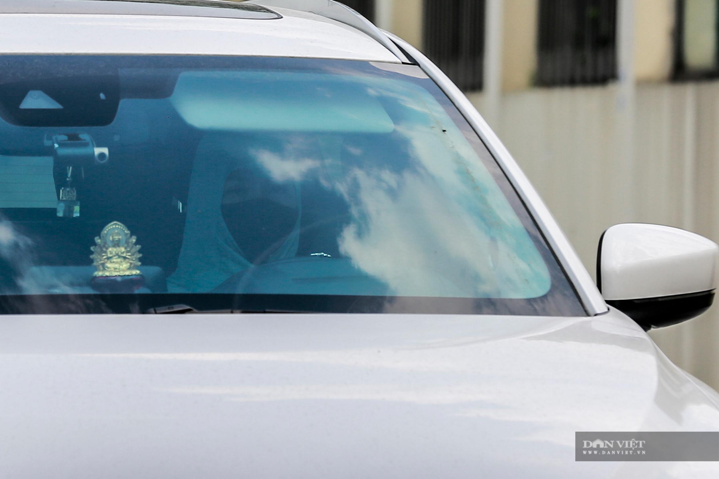 Hà Nội nắng nóng gần 40 độ C, phụ nữ lái ô tô với trang phục kín mít - Ảnh 6.