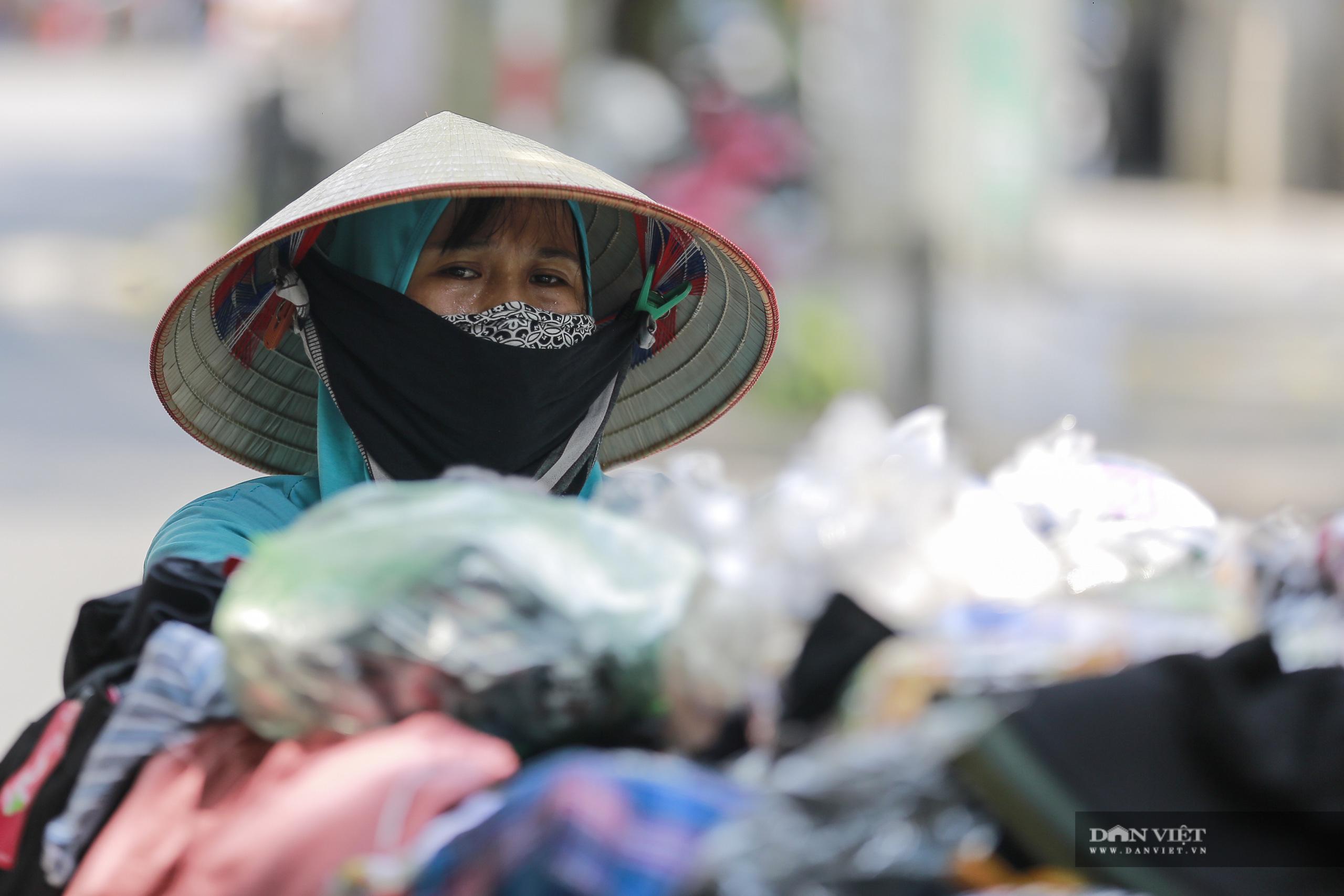 Hà Nội nắng nóng gần 40 độ C, phụ nữ lái ô tô với trang phục kín mít - Ảnh 9.