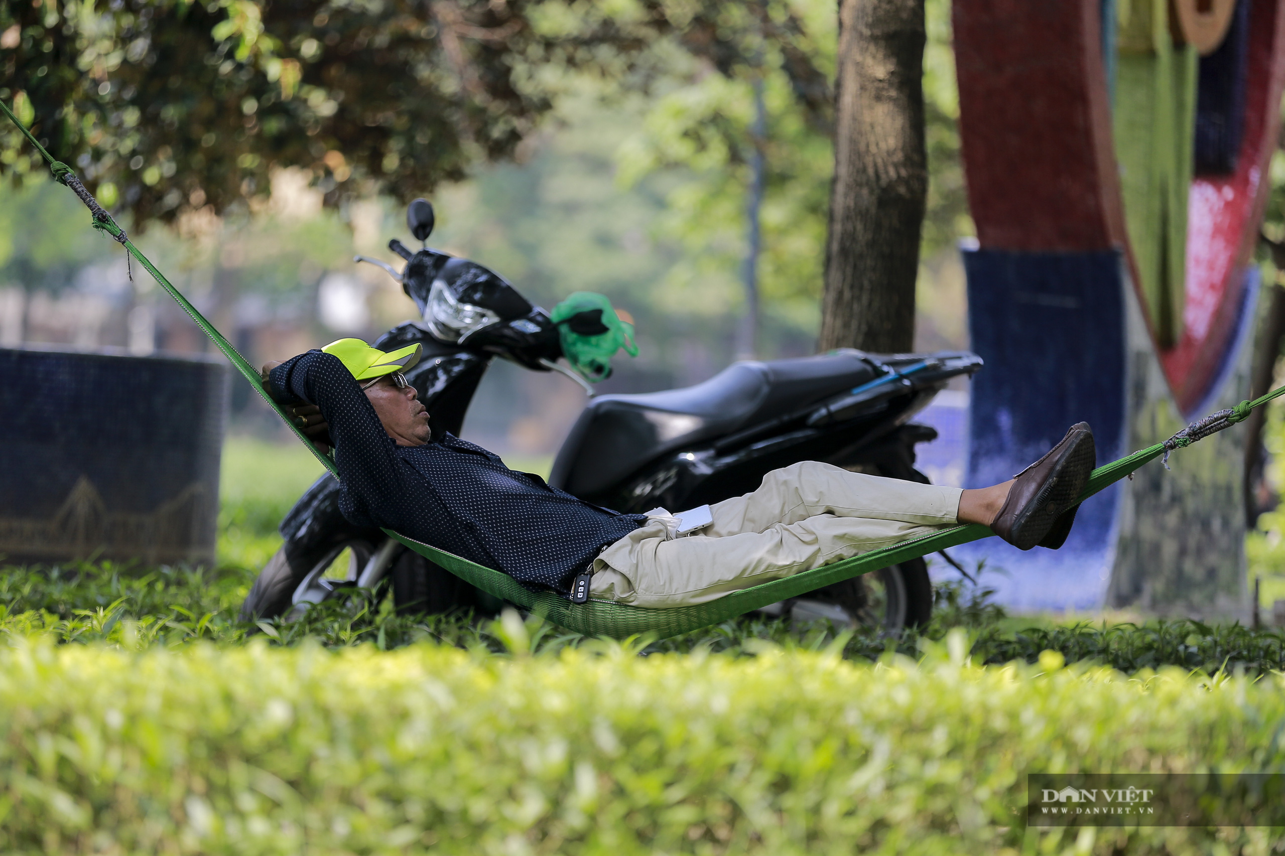 Hà Nội nắng nóng gần 40 độ C, phụ nữ lái ô tô với trang phục kín mít - Ảnh 10.