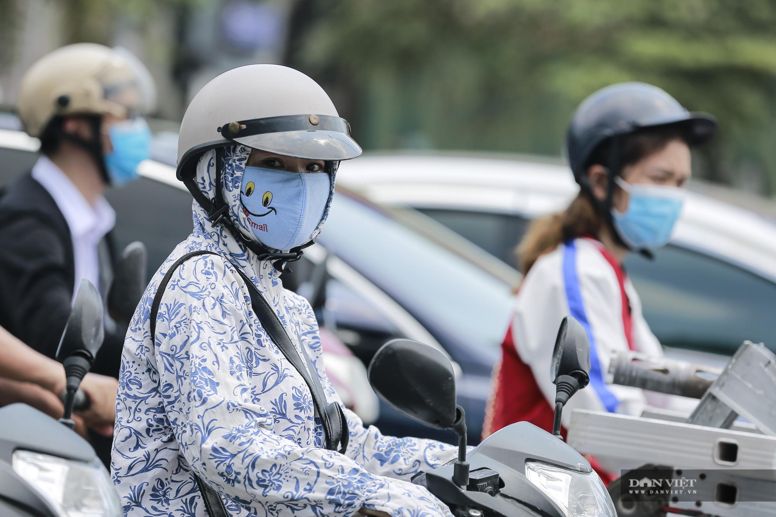 Hà Nội nắng nóng gần 40 độ C, phụ nữ lái ô tô với trang phục kín mít - Ảnh 12.