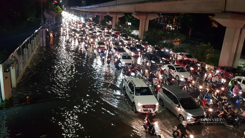 Hà Nội: Lau bugi xe sau cơn mưa lớn kiếm bộn tiền - Ảnh 1.