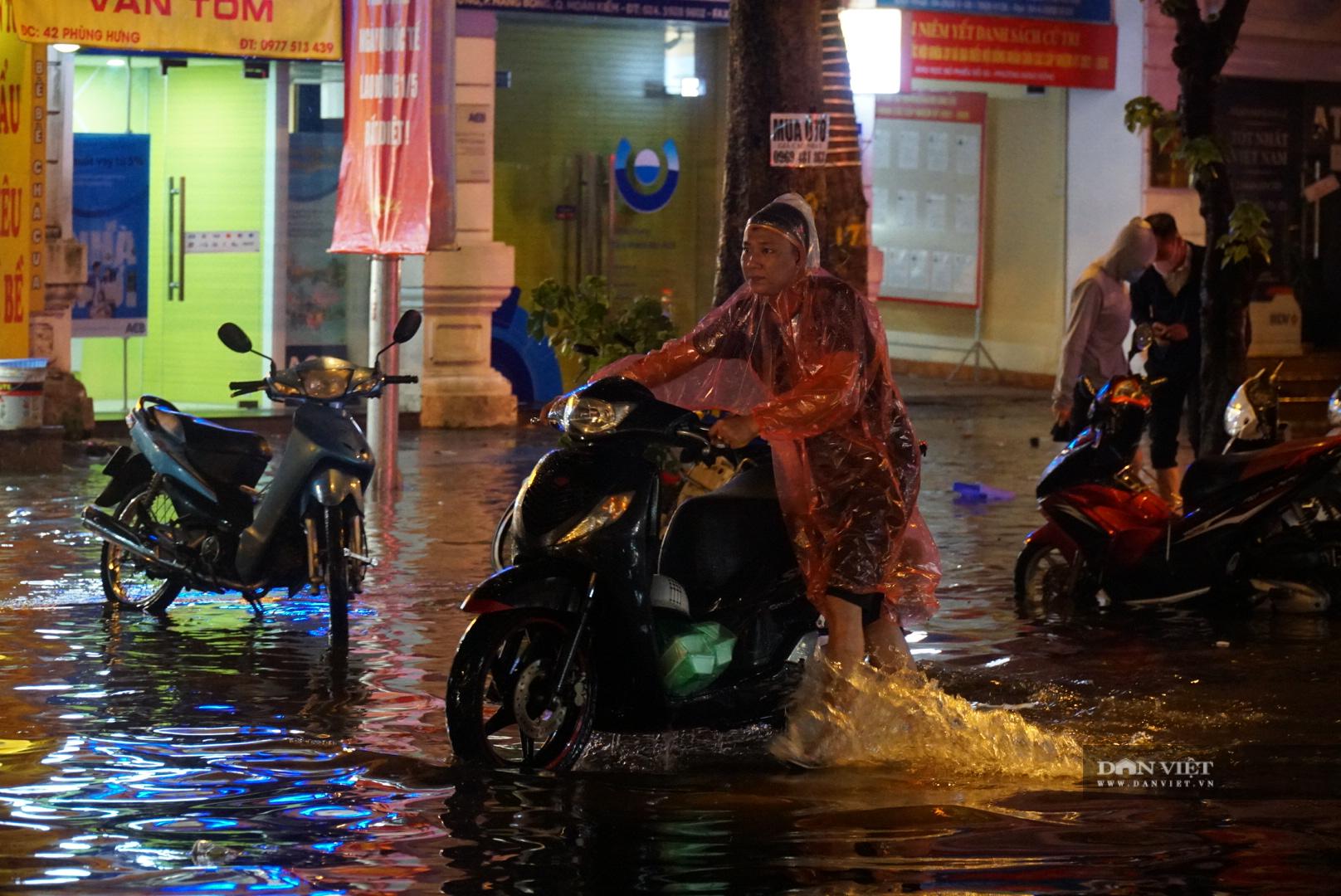 Hà Nội: Lau bugi xe sau cơn mưa lớn kiếm bộn tiền - Ảnh 2.