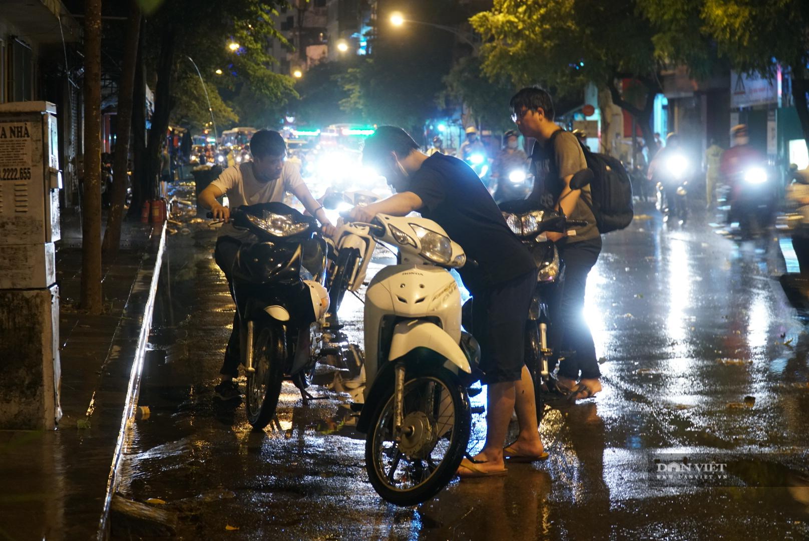 Hà Nội: Lau bugi xe sau cơn mưa lớn kiếm bộn tiền - Ảnh 3.