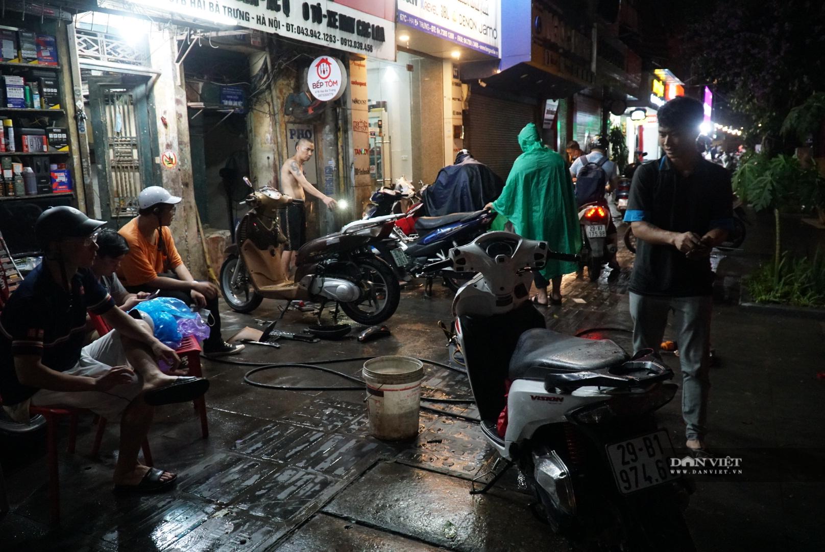 Hà Nội: Lau bugi xe sau cơn mưa lớn kiếm bộn tiền - Ảnh 5.
