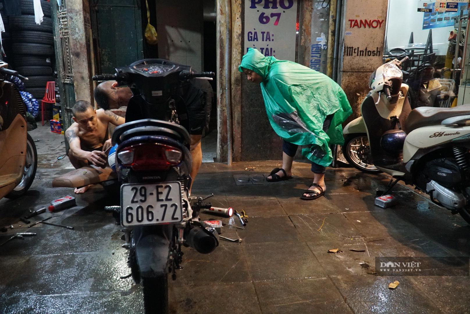 Hà Nội: Lau bugi xe sau cơn mưa lớn kiếm bộn tiền - Ảnh 6.