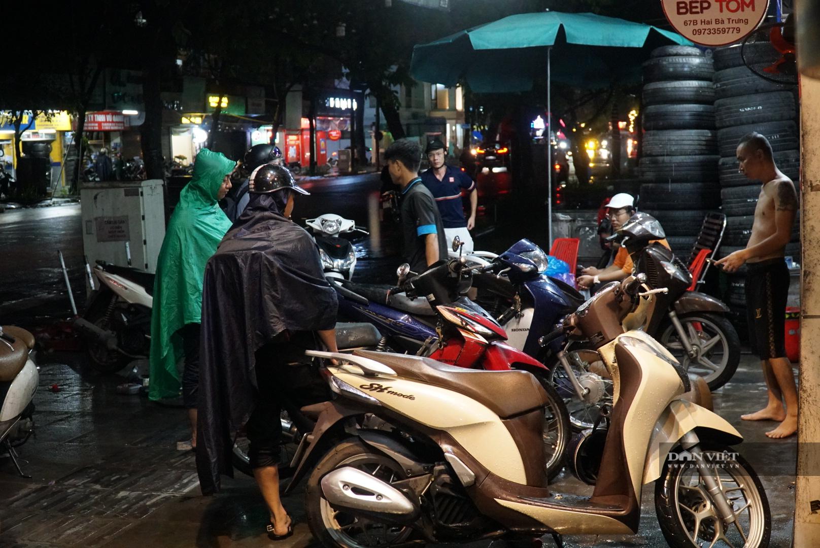Hà Nội: Lau bugi xe sau cơn mưa lớn kiếm bộn tiền - Ảnh 7.