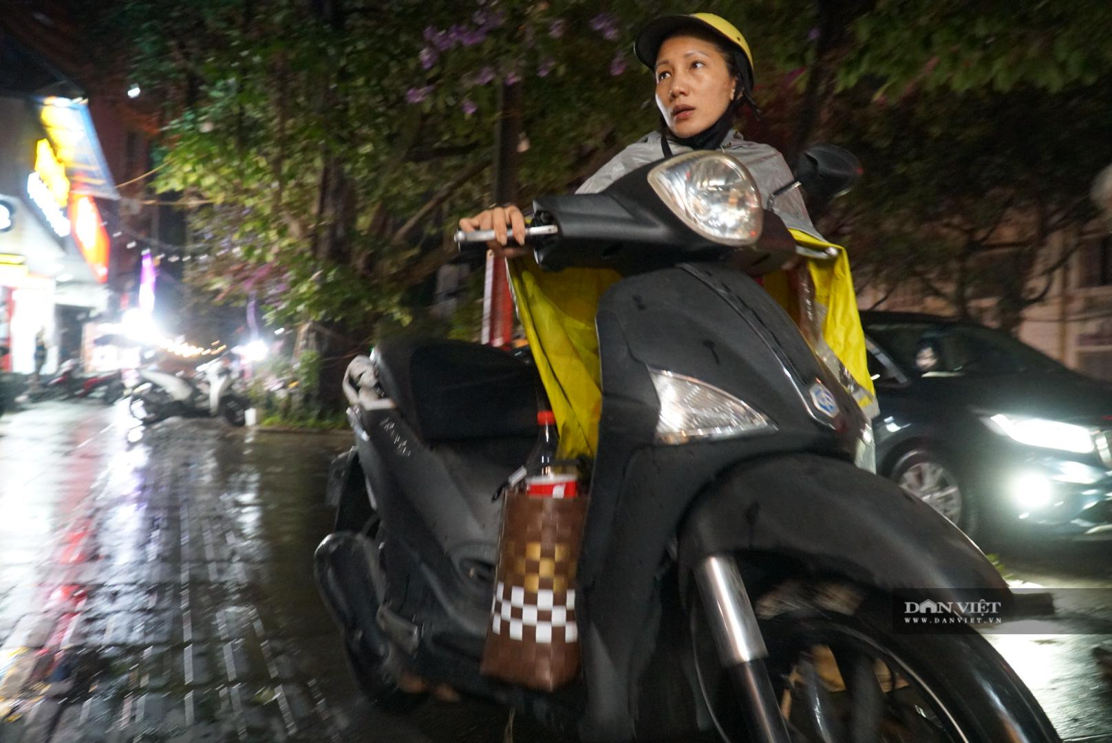 Hà Nội: Lau bugi xe sau cơn mưa lớn kiếm bộn tiền - Ảnh 9.