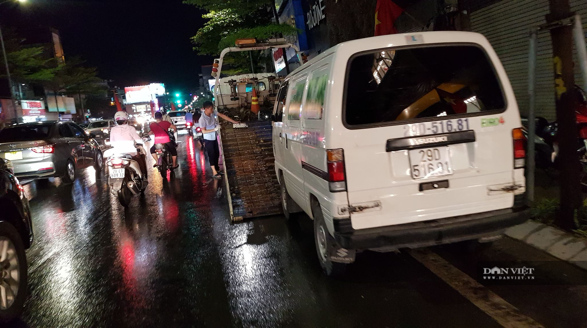 Hà Nội: Lau bugi xe sau cơn mưa lớn kiếm bộn tiền - Ảnh 10.