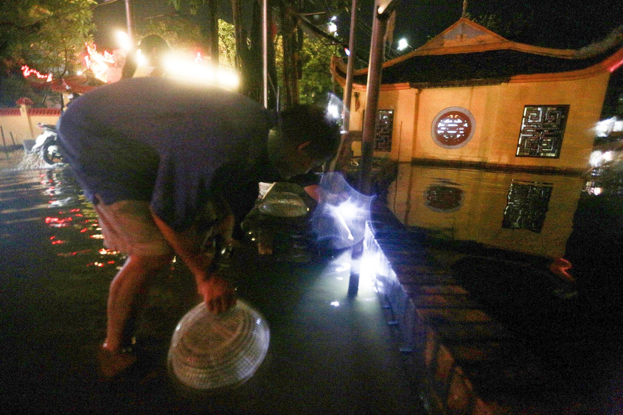Bắt cá giữa đường sau mưa ngập ở Hà Nội - Ảnh 3.