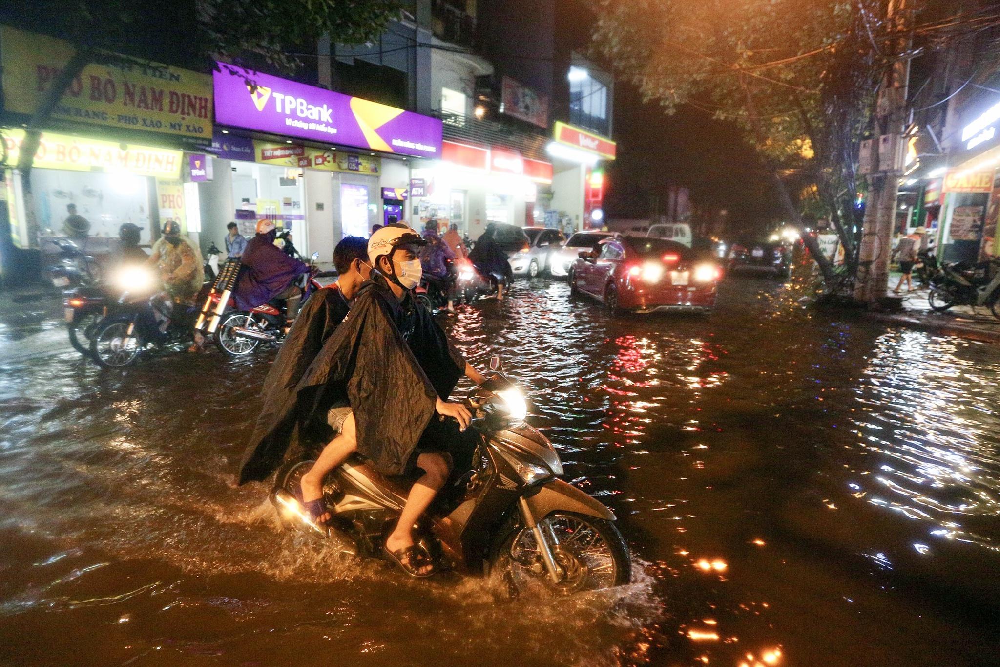 Bắt cá giữa đường sau mưa ngập ở Hà Nội - Ảnh 5.