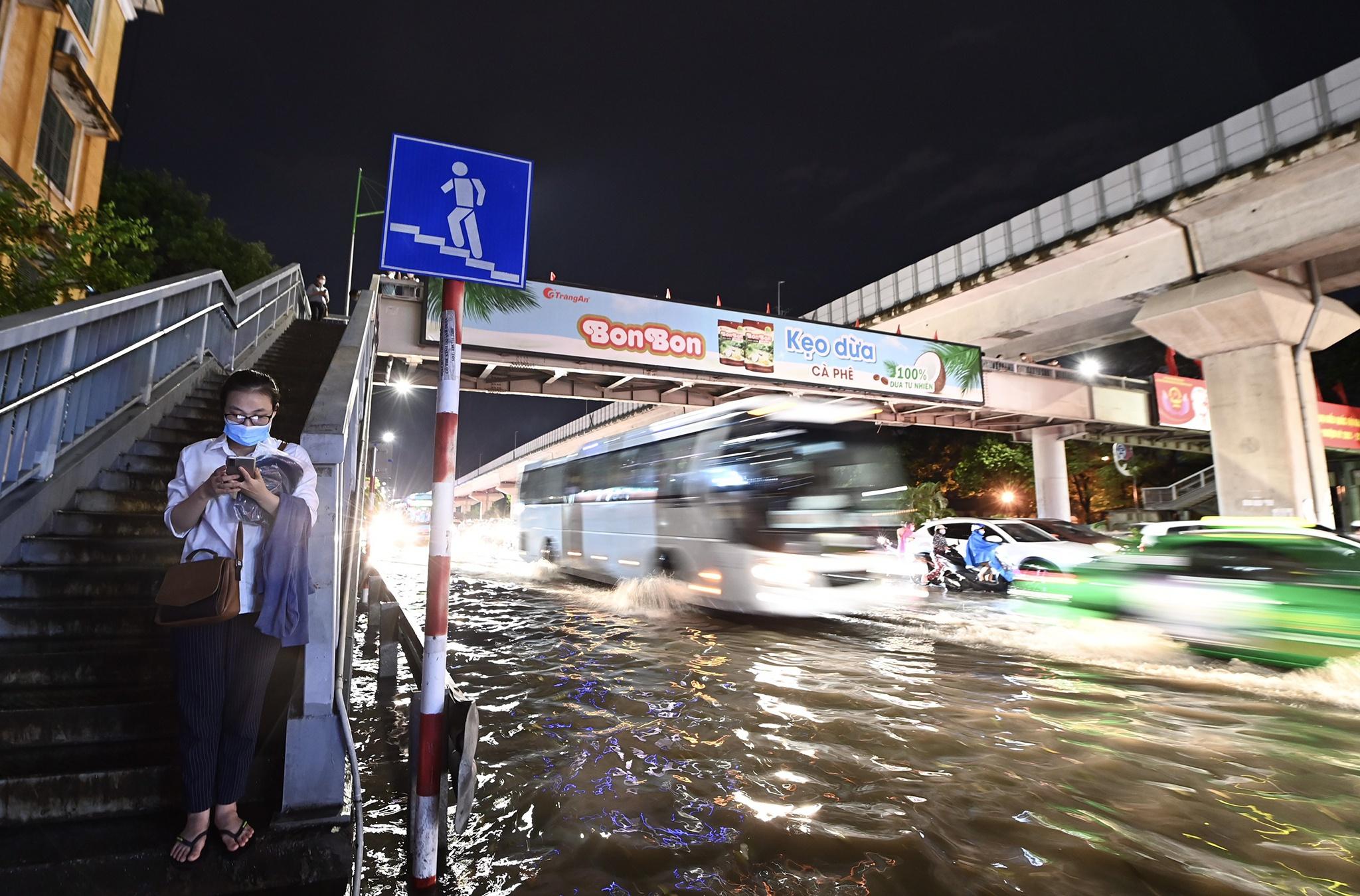 Bắt cá giữa đường sau mưa ngập ở Hà Nội - Ảnh 11.