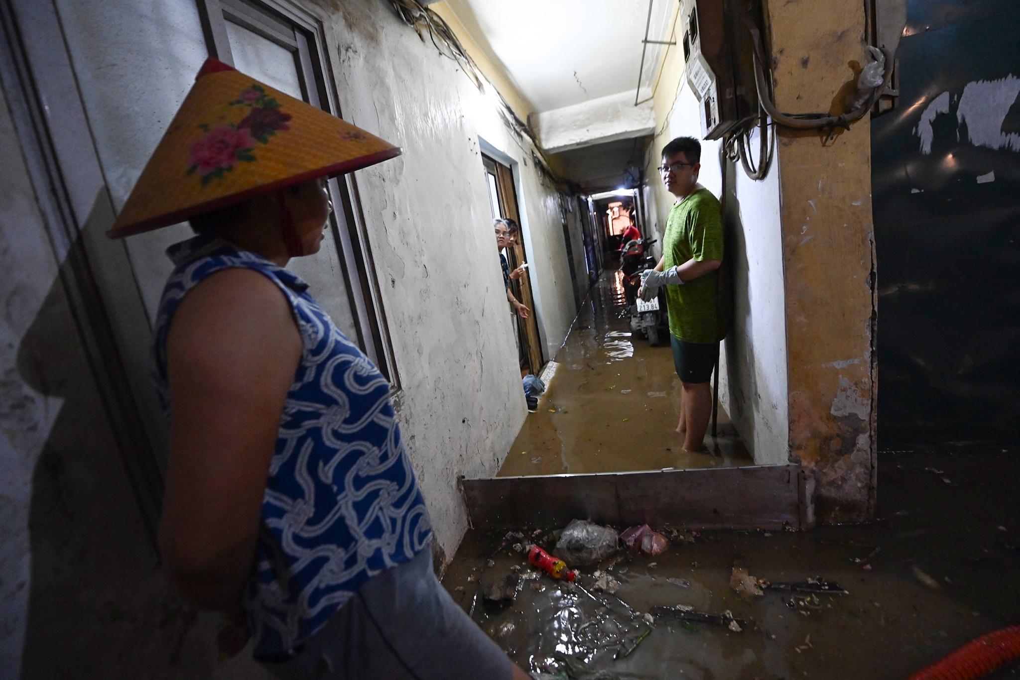 Bắt cá giữa đường sau mưa ngập ở Hà Nội - Ảnh 9.