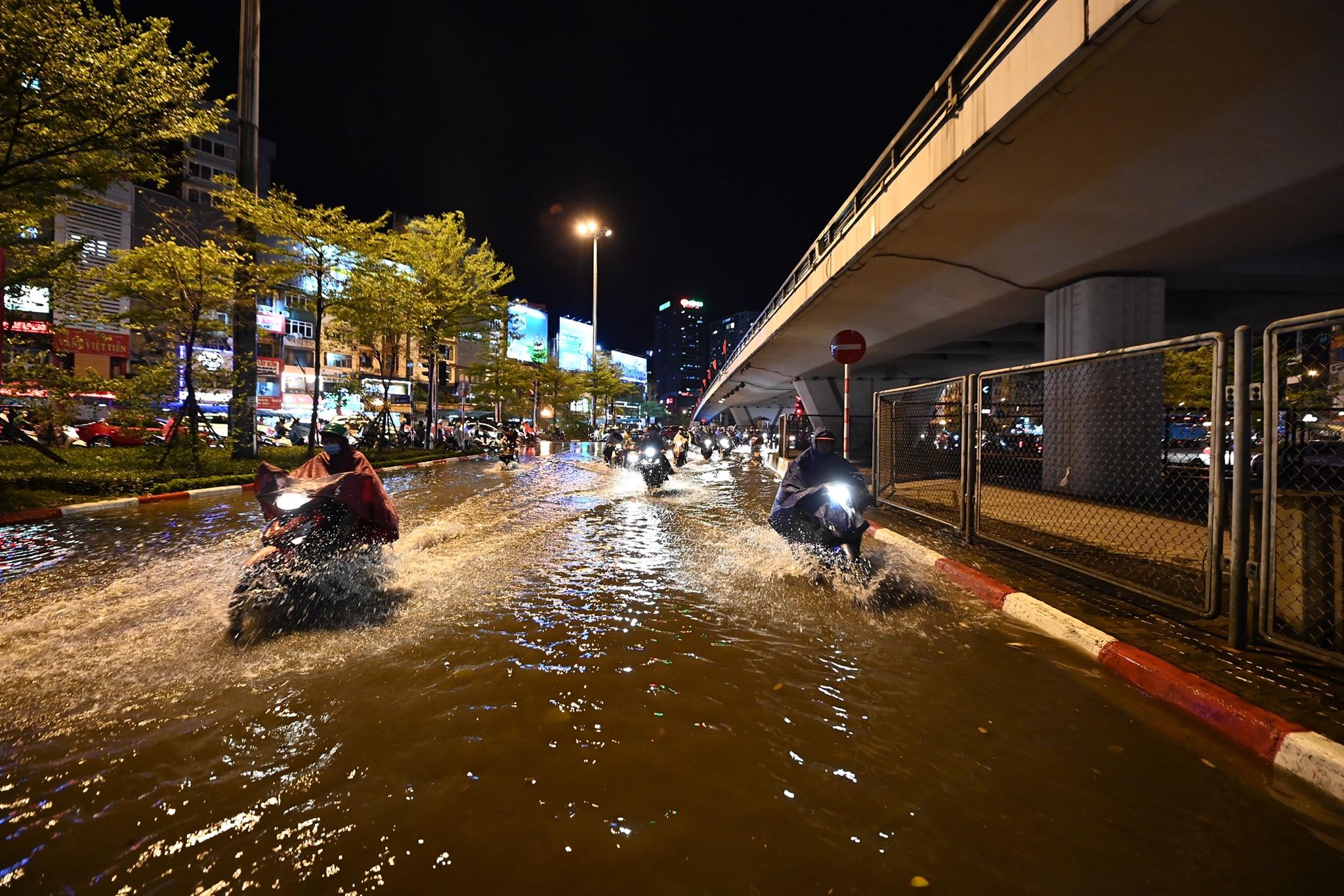 Bắt cá giữa đường sau mưa ngập ở Hà Nội - Ảnh 14.