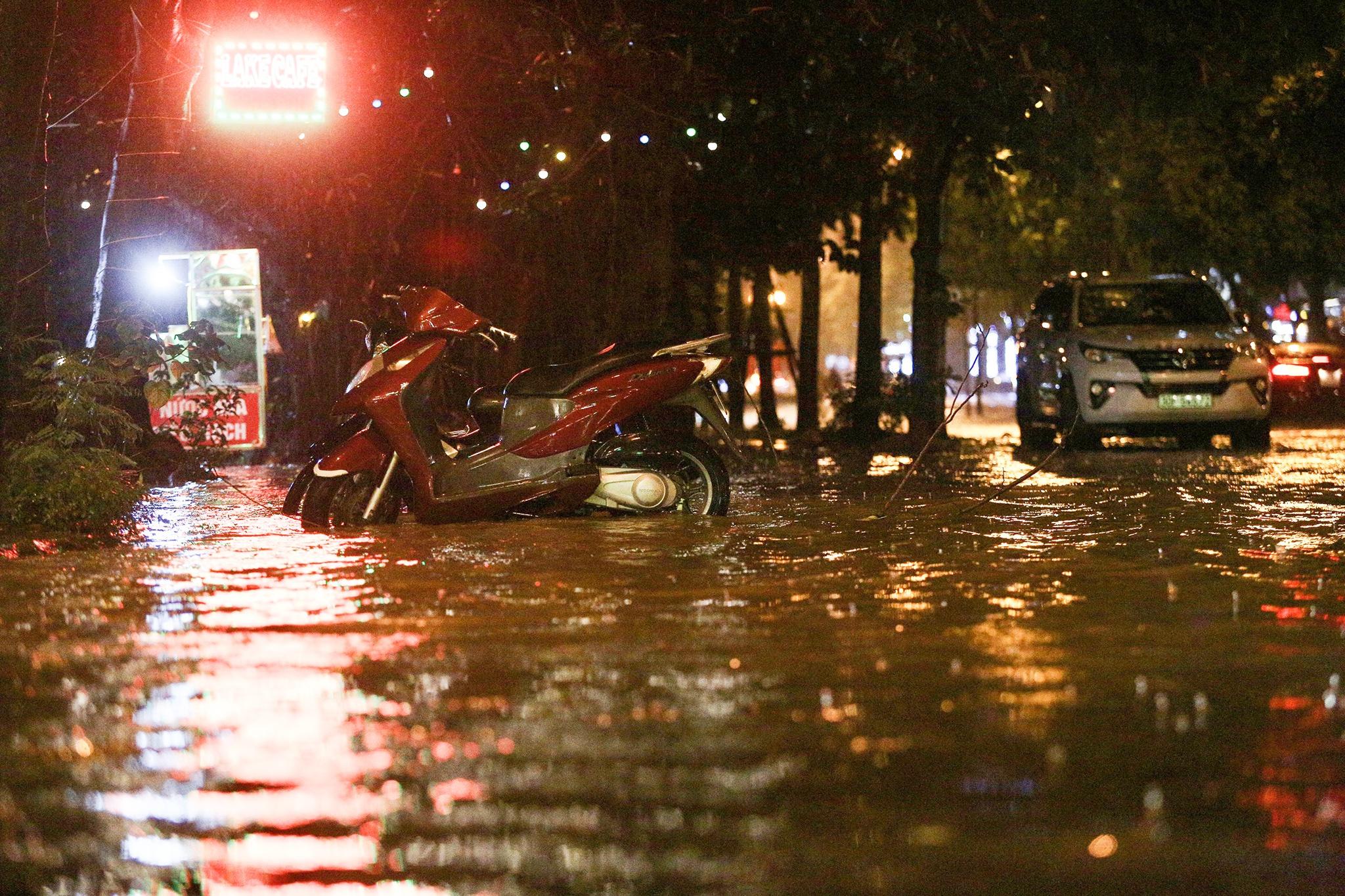 Bắt cá giữa đường sau mưa ngập ở Hà Nội - Ảnh 7.