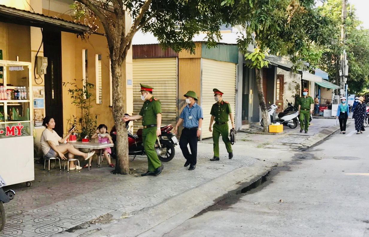 Quảng Bình: 2 người ra đường không đeo khẩu trang bị phạt 4 triệu đồng - Ảnh 2.