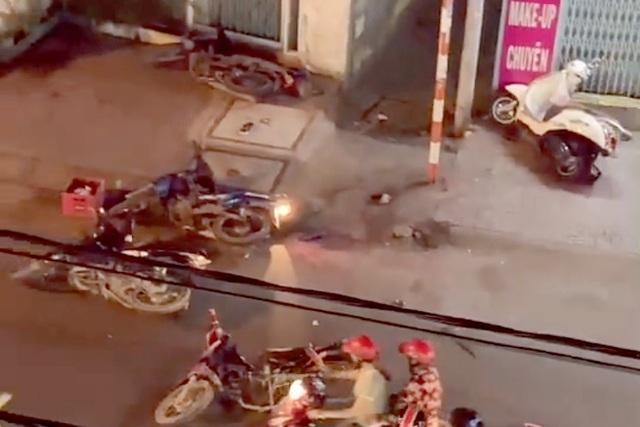NÓNG: Hai nhóm mang hung khí, bom xăng hỗn chiến, một thanh niên bị đâm nguy kịch - Ảnh 2.