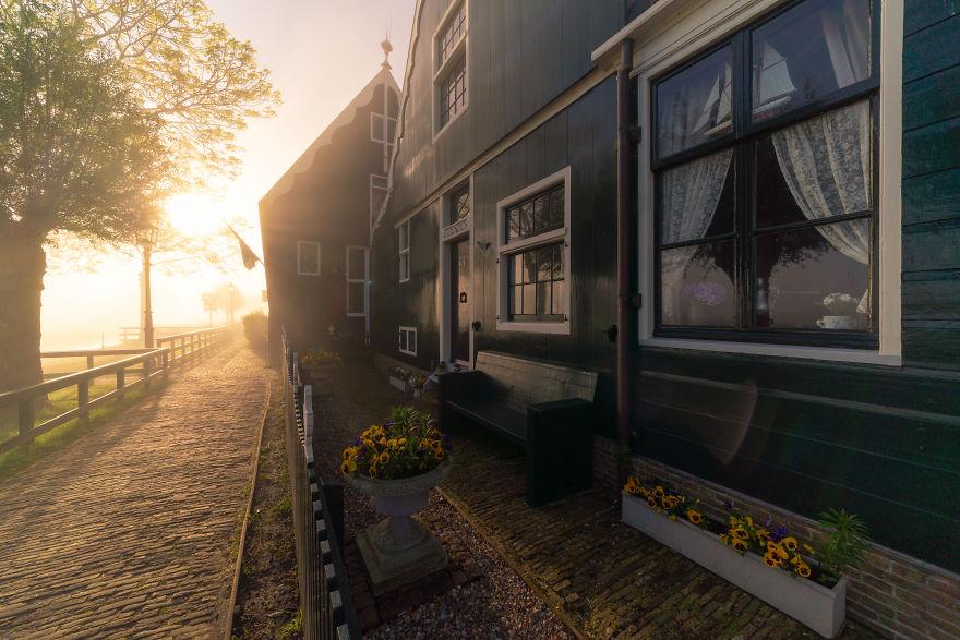 Làng cối xay gió ở Hà Lan chìm trong sương mù huyền ảo như cổ tích - Ảnh 10.