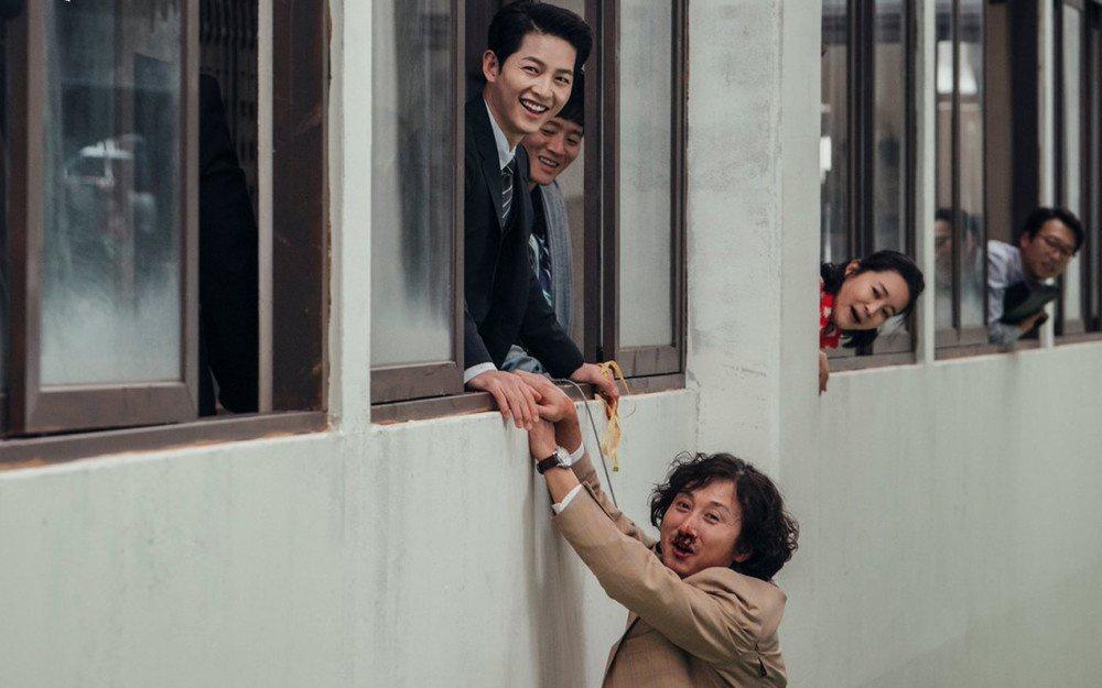 """Song Joong Ki """"hớp hồn"""" bạn diễn trong Vincenzo - Ảnh 2."""