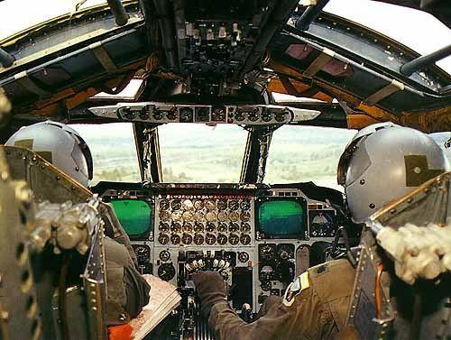 Bên trong khoang lái của B-52: Oanh tạc cơ gần 70 tuổi đã lột xác? - Ảnh 9.