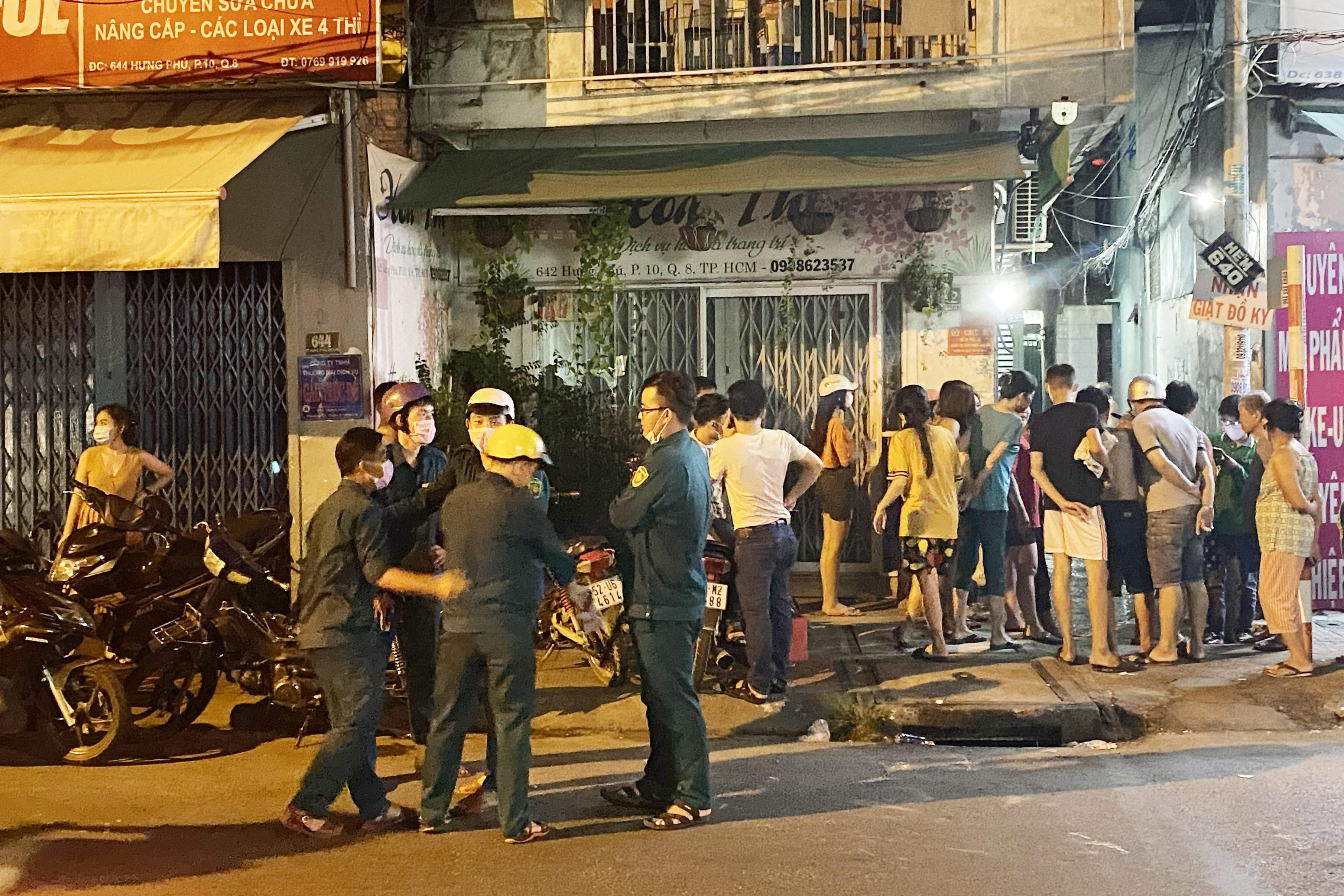 Hai nhóm mang hung khí, bom xăng hỗn chiến, một thanh niên bị đâm nguy kịch - Ảnh 1.