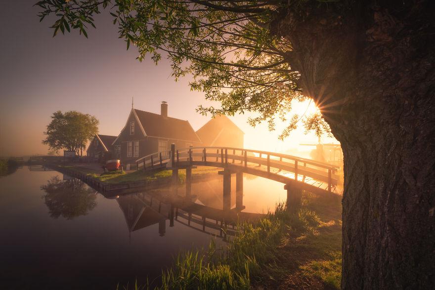 Làng cối xay gió ở Hà Lan chìm trong sương mù huyền ảo như cổ tích - Ảnh 2.