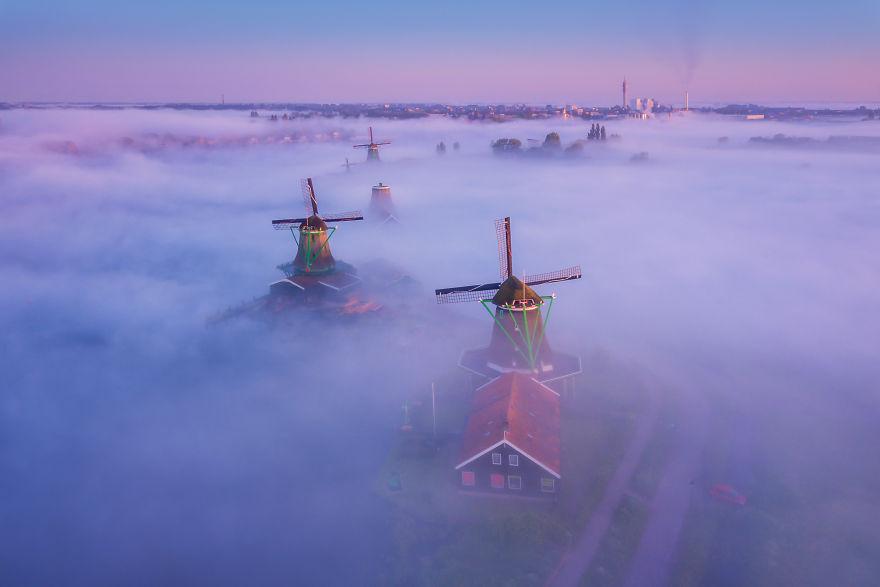 Làng cối xay gió ở Hà Lan chìm trong sương mù huyền ảo như cổ tích - Ảnh 3.