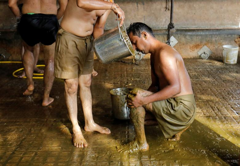 Hình ảnh một số người dân Ấn Độ dùng phân, nước tiểu bò bò để chữa Covid-19 - Ảnh 4.