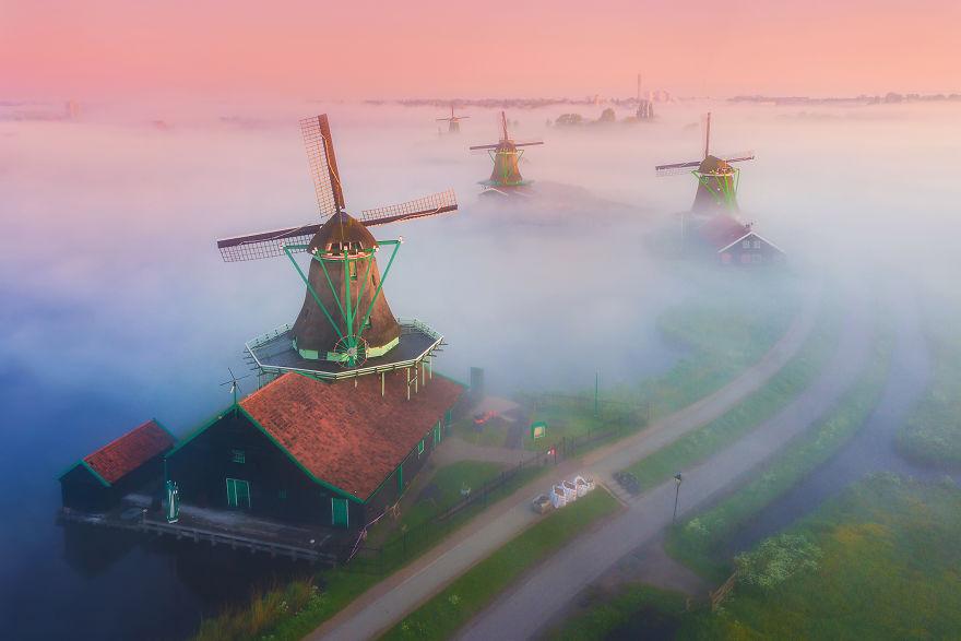 Làng cối xay gió ở Hà Lan chìm trong sương mù huyền ảo như cổ tích - Ảnh 4.