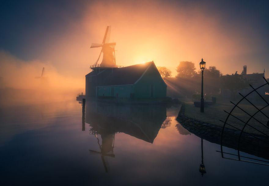 Làng cối xay gió ở Hà Lan chìm trong sương mù huyền ảo như cổ tích - Ảnh 5.