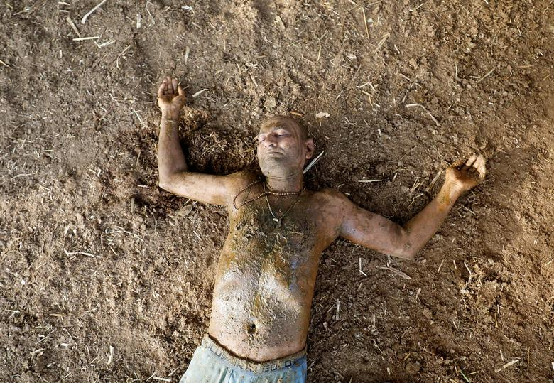 Hình ảnh một số người dân Ấn Độ dùng phân, nước tiểu bò bò để chữa Covid-19 - Ảnh 6.