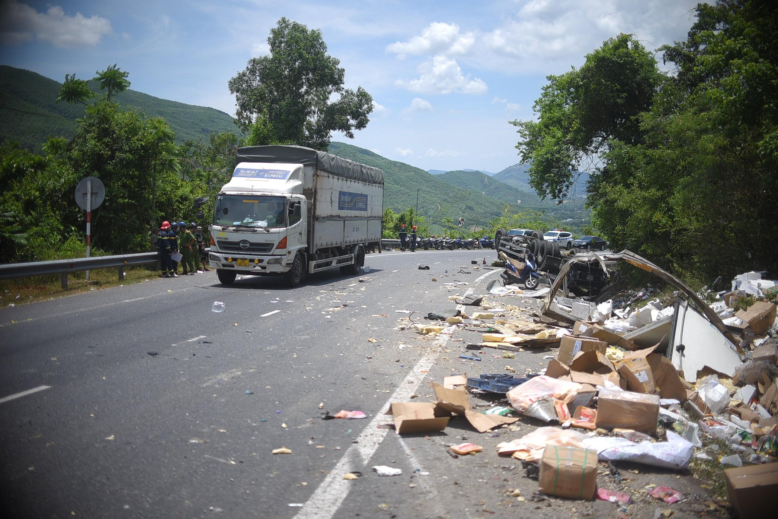 Cận cảnh tan hoang hiện trường vụ tai nạn khiến 2 người chết - Ảnh 1.