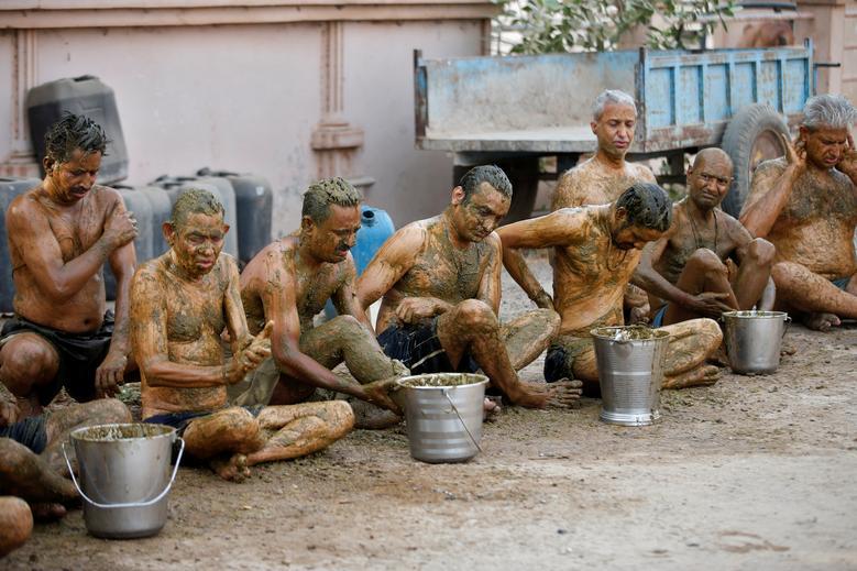 Hình ảnh một số người dân Ấn Độ dùng phân, nước tiểu bò bò để chữa Covid-19 - Ảnh 8.