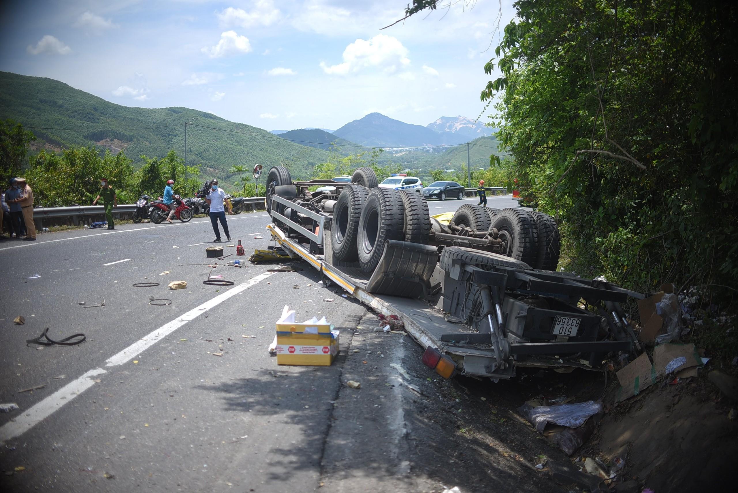 Cận cảnh tan hoang hiện trường vụ tai nạn khiến 2 người chết - Ảnh 3.