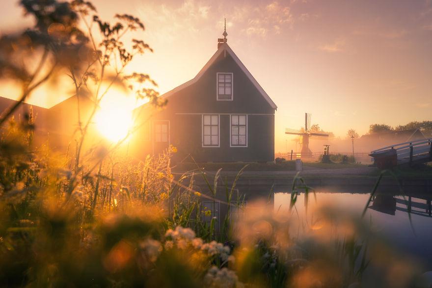 Làng cối xay gió ở Hà Lan chìm trong sương mù huyền ảo như cổ tích - Ảnh 9.