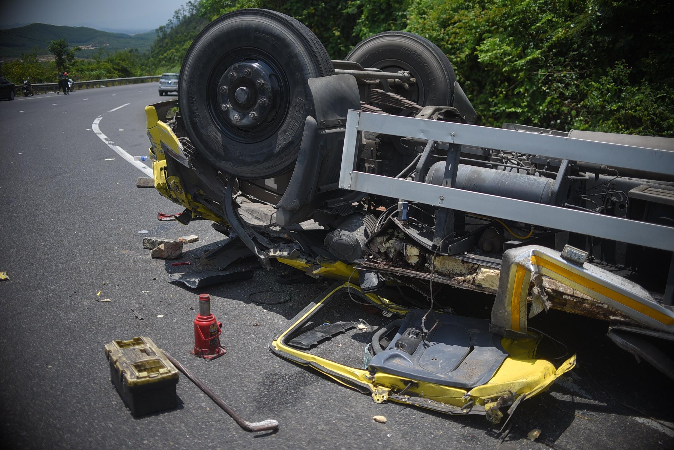 Cận cảnh tan hoang hiện trường vụ tai nạn khiến 2 người chết - Ảnh 4.