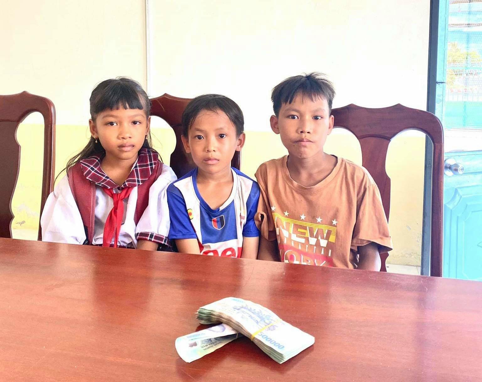 Kiên Giang: 3 em học sinh tiểu học trả lại 42 triệu đồng nhặt được - Ảnh 1.