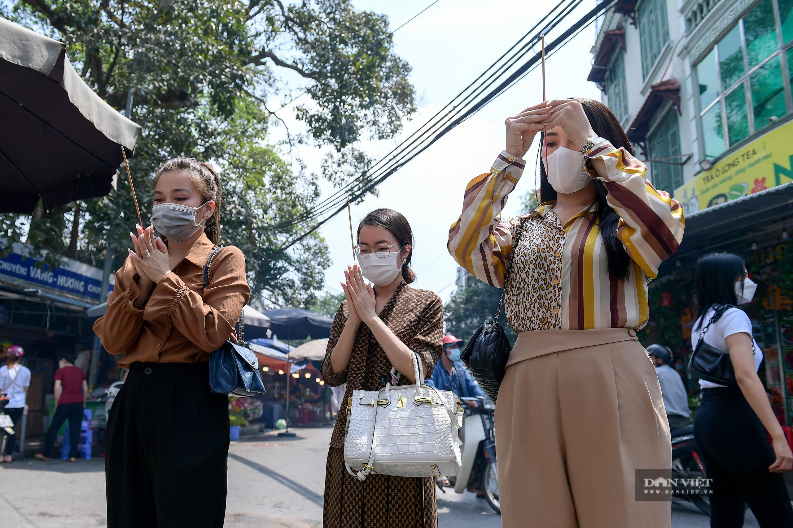 Hà Nội: Công an giải tán người dân đến phủ Tây Hồ vái vọng ngày mùng 1 âm lịch - Ảnh 2.