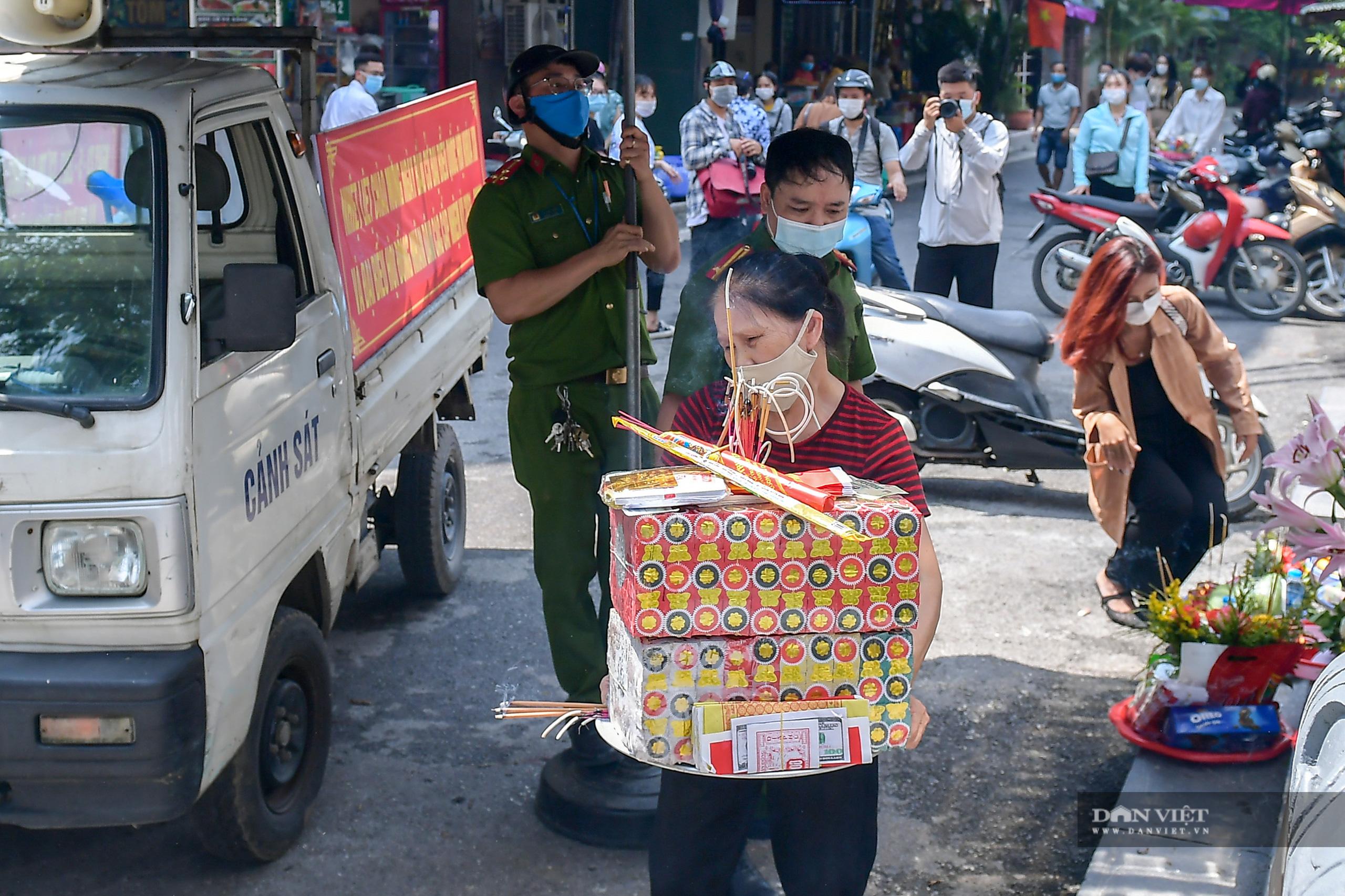 Hà Nội: Công an giải tán người dân đến phủ Tây Hồ vái vọng ngày mùng 1 âm lịch - Ảnh 9.
