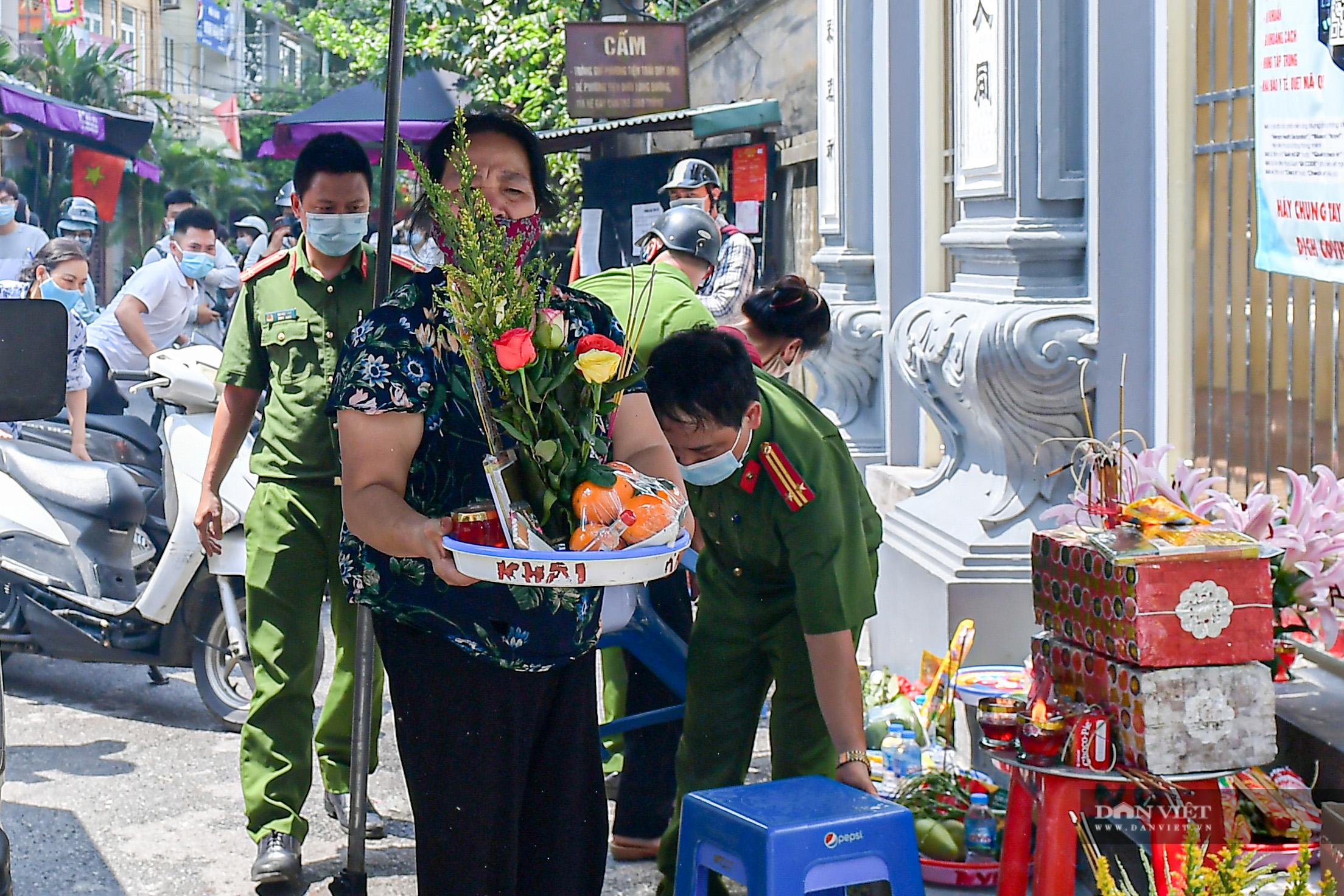 Hà Nội: Công an giải tán người dân đến phủ Tây Hồ vái vọng ngày mùng 1 âm lịch - Ảnh 10.